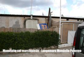 Manufatto cementizio con strutture in ferro sul suolo demaniale marittimo a Mondello